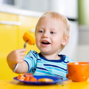 lapsi syö porkkanaa